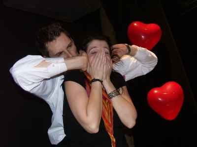 Le jour de la Saint-Valentin, le 14 février, est considéré dans de nombreux pays comme la fête des amoureux et de l'amitié. Les couples en profitent pour échanger des mots doux et des cadeaux comme preuves d'amour ainsi que des roses rouges qui sont l'emblème de la passion.
