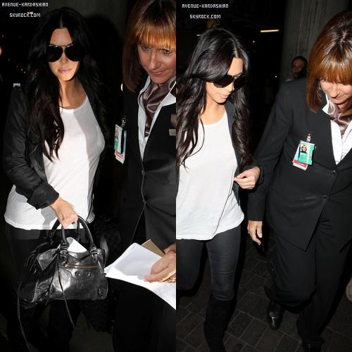 """CANDIDS 31.10.11 : C'est la première fois depuis l'annonce du divorce que Kim montre le bout de son nez, elle était à l'aéroport de LAX accompagné de son assistante. Elle s'apprêtait à faire un long voyage vers l'Australie. En effet, elle ne portait pas son alliance. Lors d'une interview pour US magazine Brittny Gastineau parle de Kim : """" Je me sens mal pour tout les couples qui essaie que leurs mariage fonctionne. Kim à été ma meilleure ami pendant des années et je sais qu'elle est forte. J'ai foie en elle"""""""
