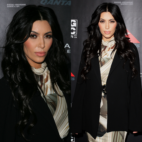 """02.11.11 : Kim, Lamar et Khloe étaient présentes lors du lancement de la marque Kardashian Kollection a Sydney, en Australie. Kim avait un style """"tamisé"""" vêtu d'un blazer oversize noir et d'une robe de couleurs neutres, elle semble triste et fatigué vu son expression du visage..."""