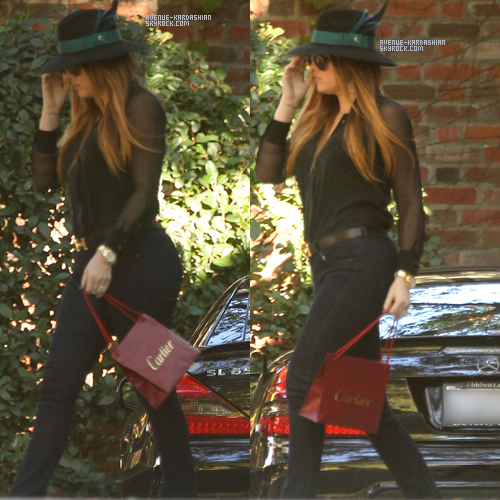 CANDIDS 05.11.11 : Khloe rend visite à un ami à Beverly Hills.
