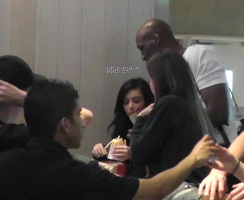 CANDIDS 6.11.11 : Kim à l'aéroport LAX de Los Angeles après avoir passé du temps avec son ex mari au Minnesota