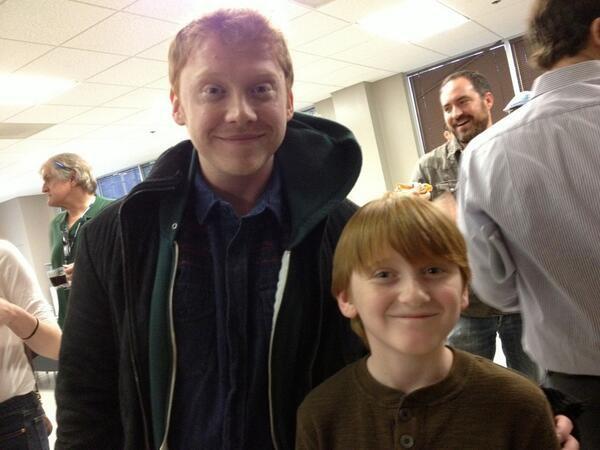 Cette image incroyablement mignon de Rupert sur le tournage de Super Clyde avec l'acteur, Stanley Miller, jeune jouant Clyde, qui a été posté sur son twitter: