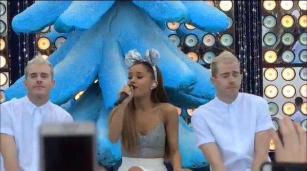 """Ariana Grande en reine des neiges aux """" Disney Frozen World 2014 """" dans le parc Disney aux États-Unis !! ❄️⛄️💙"""
