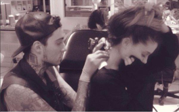 """Ariana Grande : Son tatouage français """" Mille Tendresses """" contiendrait une faute !! La rédac de Fan2.fr vous dis tout !!!!!!"""