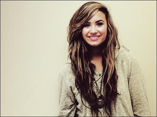 """"""" Fais que ton sourire change le monde, mais pas que le monde change ton sourire. """" _________________________________________________-Demi Lovato."""
