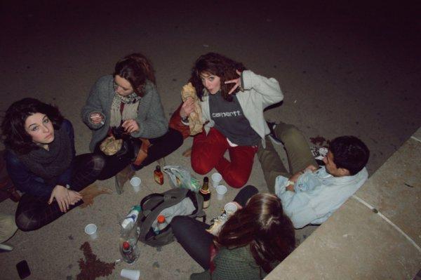 on passe nos nuits dehors, champagne, whisky, rhum, un bout de pain, du jambon, un concert et des pétards. perfect combo