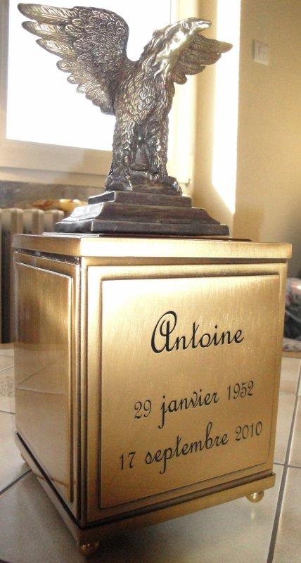 Antoine repose dans cette urne, où certains d'entres vous ont témoigné leur hommage en participant aux donations. Merci à vous tous.