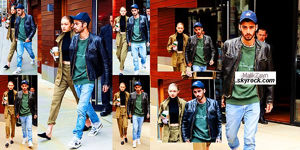 25/04/2017 ▬ Notre beau  Zayn Malik a été vu aux côtés de sa petite-amie, Gigi Hadid, dans les rues de New York City.Zayn a enfin décidé de pointer le bout de son nez et de nous donner enfin des nouvelles,  je lui accorde un top pour la tenue.Top ?