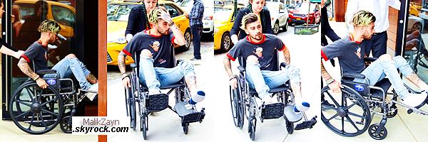 29/04/2017 ▬  Notre Zayn Malik a été photographié et vu, se rendant à l'appartement de Gigi Hadid à New York City. Zayn est arrivé en chaise-roulante, s'étant blessé la jambe gauche. Nous n'avons aucune précision sur cela. Bon rétablissement à lui.
