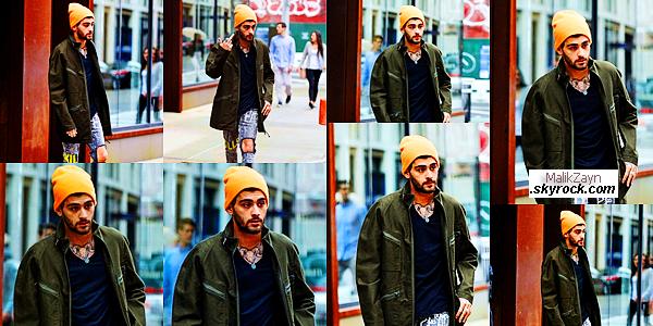 04/06/2017 ▬ Le beau pakistanais Zayn Malik a été pris en photos dans les rues de New York City mais seul cette fois-ci. Le petit Malik avait l'air d'être mal luné ce jour-ci, adressant un doigt d'honneur aux paparazzis. Un bof pour lui.   top ou flop pour toi?
