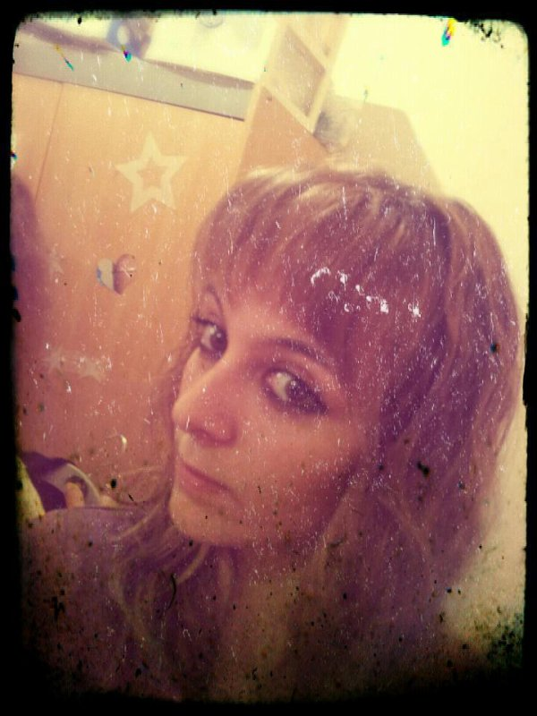 * Victoria ; 17 ans ; Grenoble ; Inaccessible car Folle Amoureuse ♥ ------  D. ♥ !