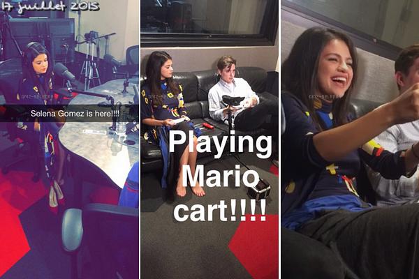 Selena a jouer à Mario panier,  tout en étant interviewé par Zach Sang & The Gang à Hollywood , en Californie.