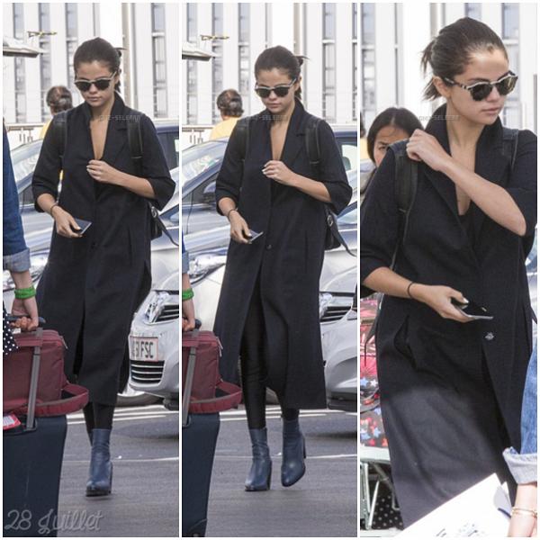 """Le 27 juillet, la belle Selena a était vue se rendre au restaurent """"Chiltern Firehouse"""" à Londres, au Royaume-Uni avec Ashley Cook. Puis, le 28 Juillet 2015, elle est arriver à l'aéroprt """"Heathrow"""" à Londres, toujours en compagnie d'Ashley."""