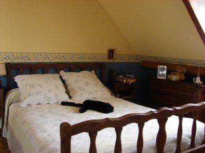Un lit bois fonce la renovation de meubles sans le decapage - Repeindre un lit en bois ...