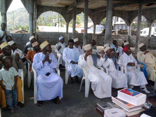 Les fils d'Ali Ali Ivessi soutiennent le Collège et l'Hôpital de Tsinimoichongo.