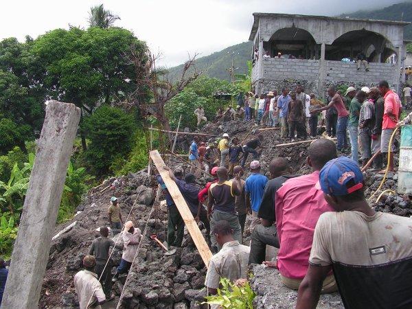 Place Publique : poursuite des travaux malgré l'effondrement du mur.