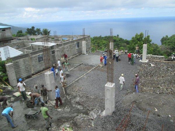 Début des travaux de bétonnage du terrain de la place publique