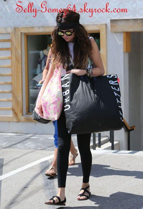 """Plans de Selena pour ses 21 ans + Selena a été faire du shopping + Tracklist de son nouvel album """"Stars Dance"""""""
