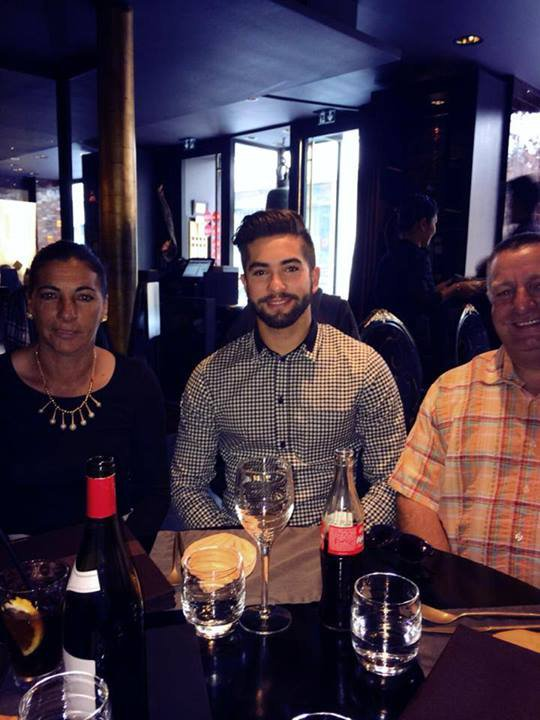 Kendji au restaurant avec ses parents