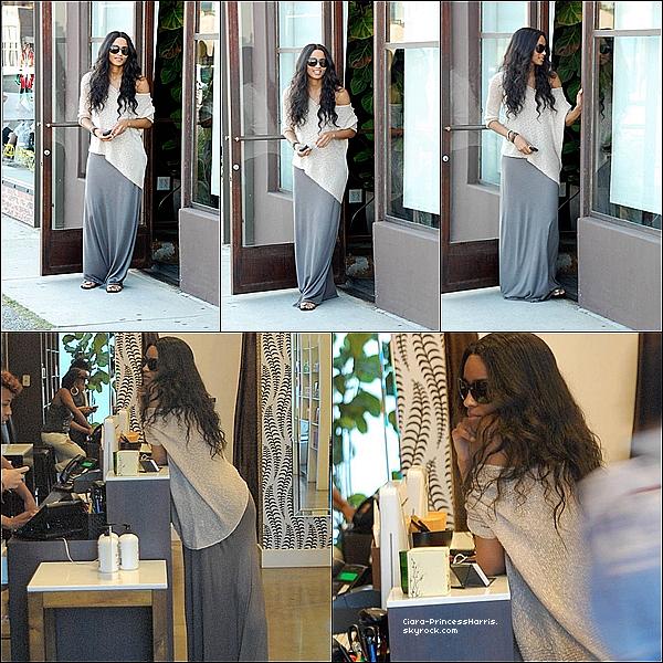-[/align=center] 07/07/11 : Ciara allant s'acheter une boisson froide au Cheesecake dans les rues de Los Angeles.  -[/align=center]