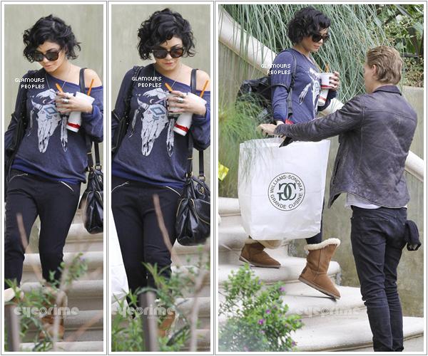 ᅠ 27 Février 2012 : Vanessa Hudgens quitte sa maison direction l'aéroport LAX avec son petit ami Austin Butler ᅠ