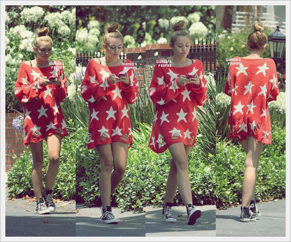 ᅠ 05 Juillet 2012 : Miley Cyrus fait une petite promenade dans son quartier de Toluca Lake  ᅠ