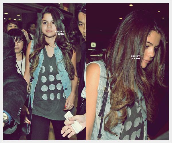 ᅠ 09 Juillet 2012 : Selena Gomez et son petit ami Justin Bieber arrivent à l'aéroport de Tokyo  ᅠ