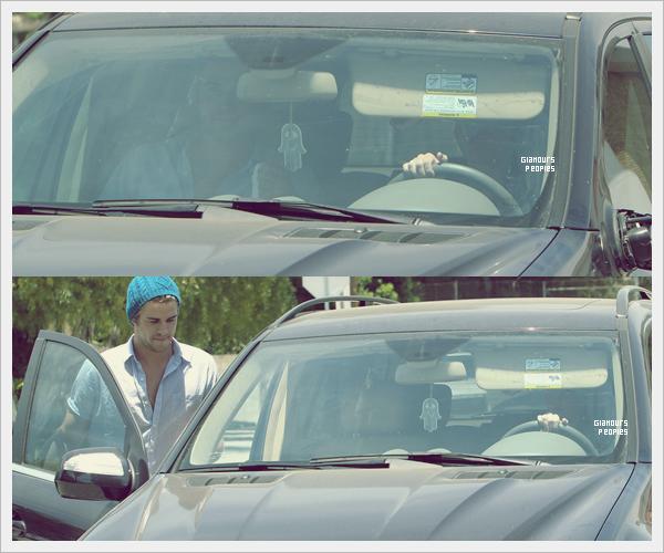 ᅠ 10 Juillet 2012 : Miley Cyrus et son petit ami Liam Hemsworth se prennent à manger à Toluca Lake ᅠ