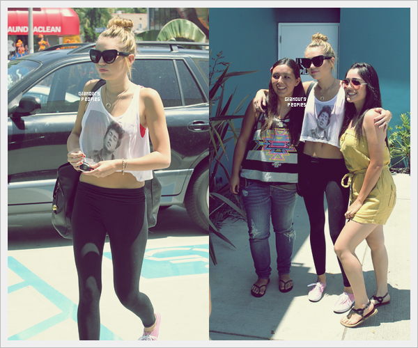 ᅠ 14 Juillet 2012 : Miley Cyrus arrivant et quittant son cours de Pilates puis prend la pose avec des fans ᅠ