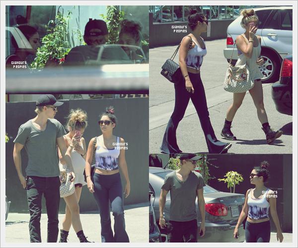 ᅠ 14 Juillet 2012 : Vanessa Hudgens, son petit ami Austin Butler et sa soeur Stella au Studio Cafe à Los Angeles ᅠ