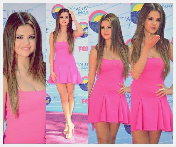 ᅠ 22 Juillet 2012 : Selena Gomez et son petit ami Justin Bieber lors de la cérémonie des Teen Choice Awards 2012 ᅠ