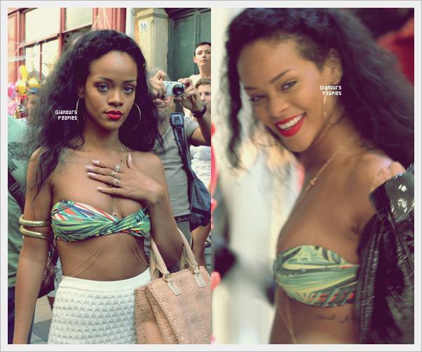 ᅠ 16 Juillet 2012 : Robyn Rihanna Fenty sur un yacht avec des ami(e)s sur les côtes italiennes ᅠ
