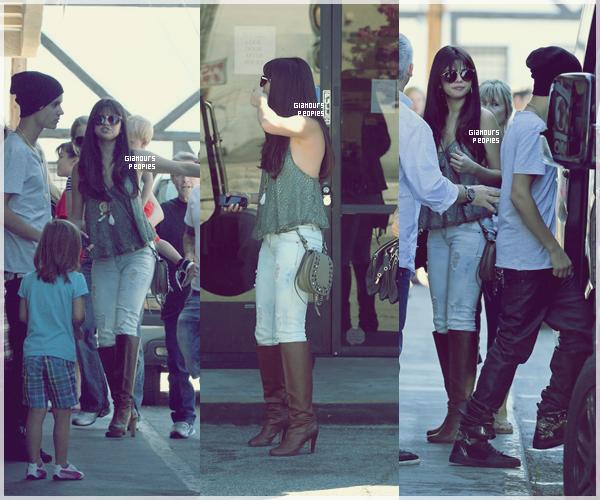ᅠ 27 Juillet 2012 : Selena Gomez au restaurant Sushi Dan avec son petit ami le chanteur Justin Bieber ᅠ