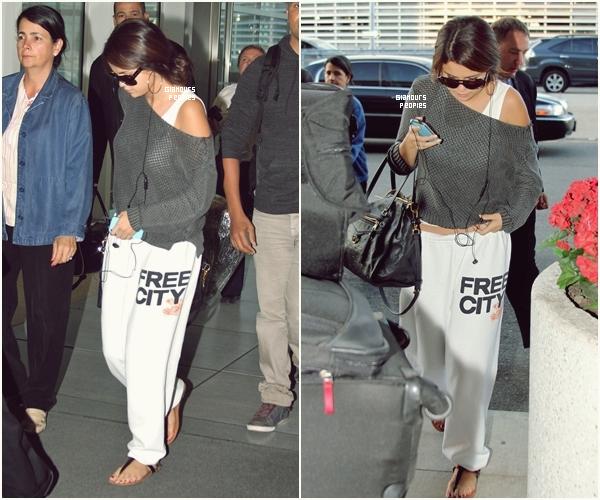 ᅠ 09 Septembre 2012 : Selena Gomez s'est rendu à l'aéroport de Toronto ᅠ