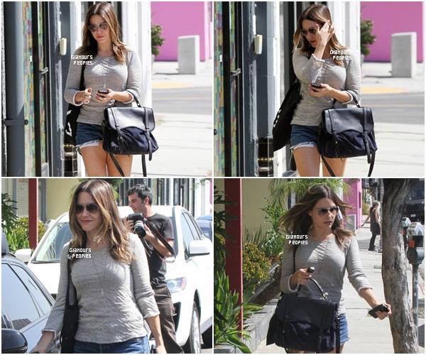 ᅠ 26 Septembre 2012 : Sophia Bush faisant toute seule du shopping dans West Hollywood ᅠ