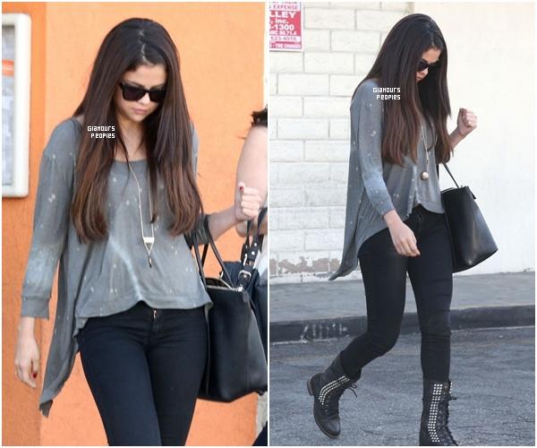 ᅠ 03 Octobre 2012 : Selena Gomez quitte un restaurant japonais le Sushi Dan à Studio City en Californie ᅠ