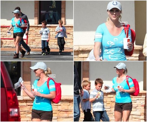ᅠ 07 Octobre 2012 : Britney Spears et son fiancé Jason Trawick font du shopping pour Halloween à Calabasas ᅠ