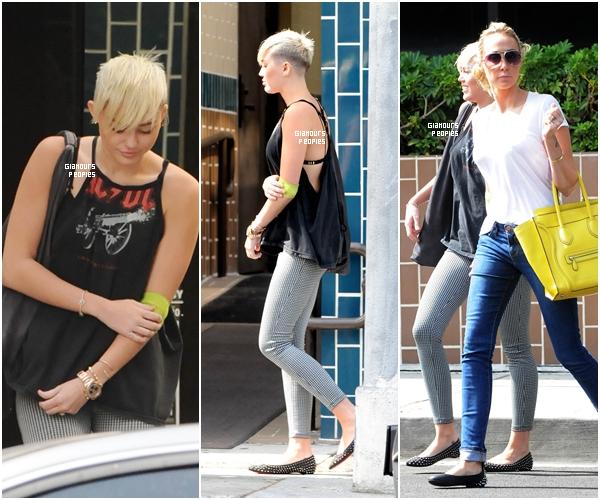 ᅠ 09 Octobre 2012 : Miley Cyrus s'est rendu dans un cabinet médical avec sa mère Tish à Tarzana en Californie ᅠ
