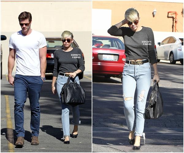 ᅠ 20 Octobre 2012 : Miley Cyrus promène ses chiens avec son fiancé Liam Hemsworth à Toluca Lake ᅠ