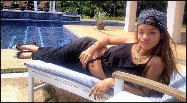 ᅠ La magnifique Robyn Rihanna Fenty fête aujourd'hui ses 25 ans ! Un Joyeux Anniversaire à elle ᅠ