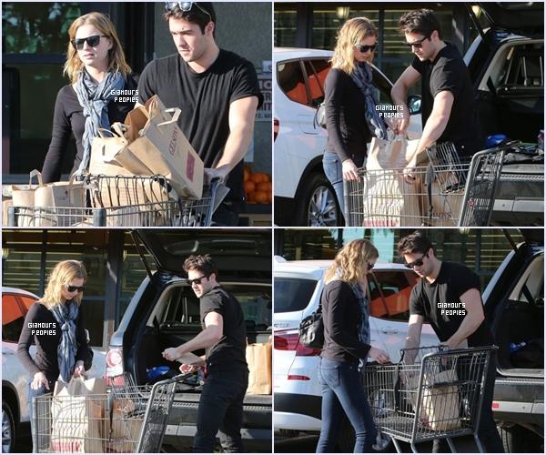 ᅠ 22 Février 2013 : Emily VanCamp et son petit ami Joshua Bowman font des courses à Gelson's à Los Feliz ᅠ