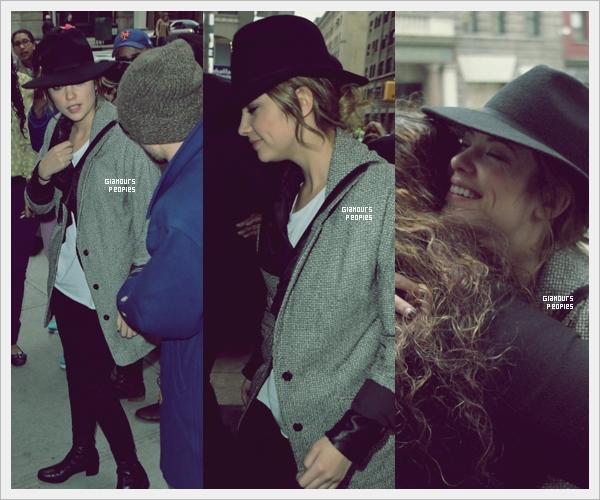 ᅠ 01 Mars 2013 : Ashley Benson dans les rues de New York ou elle a pu faire connaissance avec ses fans ᅠ