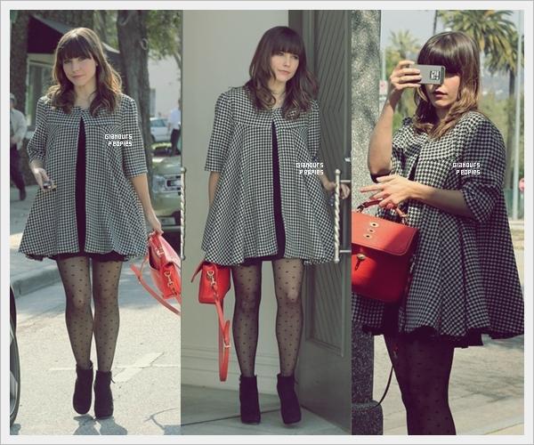 ᅠ 04 Mars 2013 : Sophia Bush s'est rendu à une séance shopping avec une amie à Los Angeles ᅠ