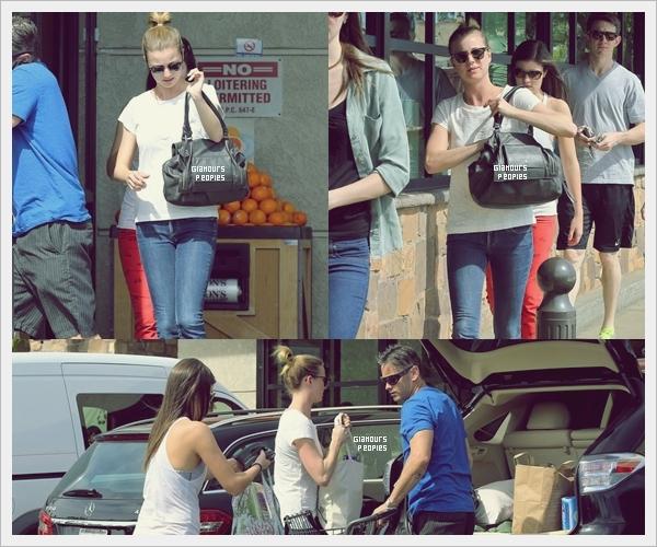 ᅠ 02 Mars 2013 : Emily Vancamp avec des ami(e)s au supermarché à Los Feliz en Californie ᅠ