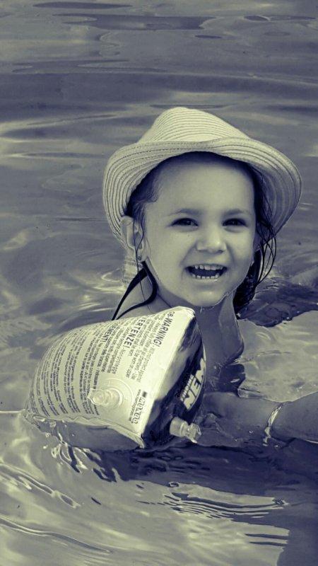 Ma poupée à la piscine