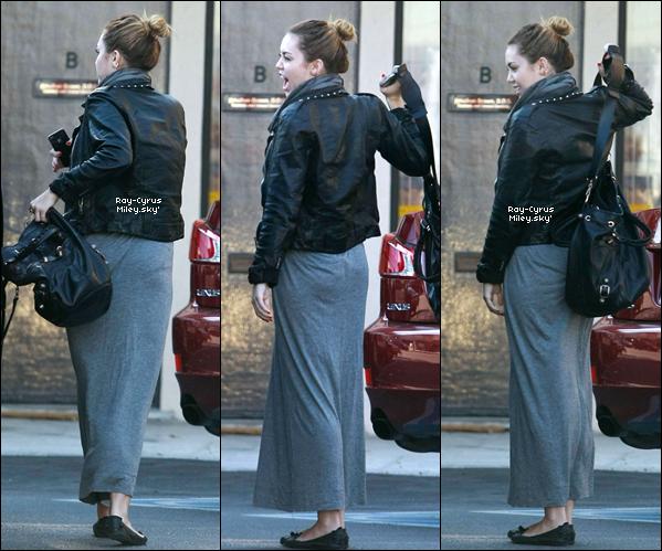 22/11/11 : Mil' s'est rendue dans une boutique réputée pour faire enlever les tatouages à Los Angeles.