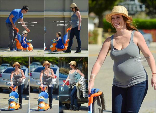 * 13/03/15 : Jennifer a été photographiée avec sa fille Autumn et son mari Brian se promenant dans Los Angeles  Le ventre de Jen s'arrondit bien. Les parents ne savent pas le sexe du bébé et veulent avoir la surprise à l'arrivée *