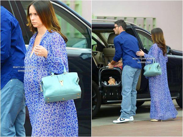 * 05/04/15 : Jennifer, son mari Brian Hallisay et leur fille Autumn sont allés au restaurant pour Pâques à Los Angeles Jennifer a vraiment l'air fatigué. Je pense qu'elle n'est pas loin de la fin de sa grossesse *