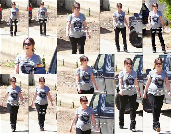 * 09/04/2015 : Notre belle Jennifer a été photographiée seule et enceinte se promenant dans Santa Monica *