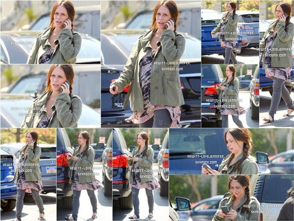 * 19/04/2015 : Jennifer a été aperçue toujours enceinte faisant les courses dans un supermarché de Santa Monica *